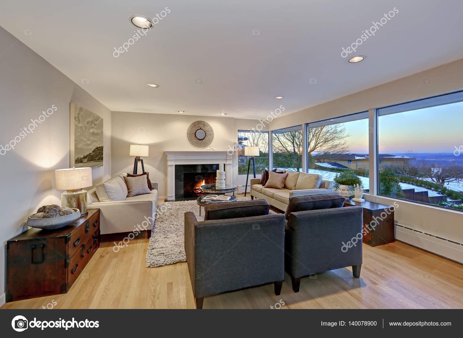 Soggiorno caldo luce marrone con finestra panoramica vista u2014 foto