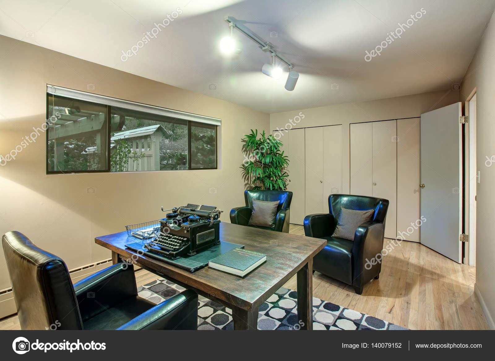 Bureau à la maison avec les murs crème couleur de peinture