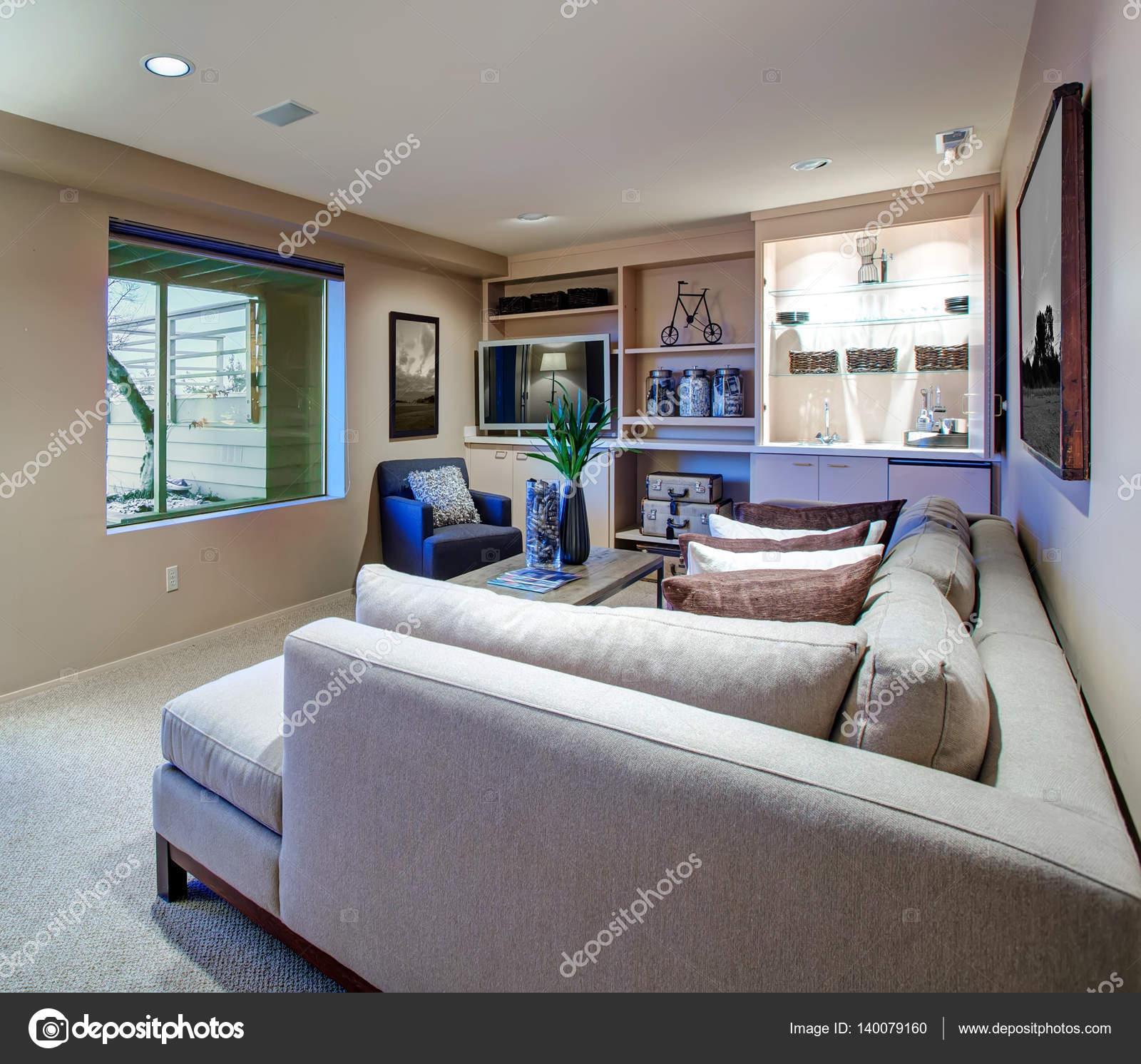 Gastvrije woonkamer functies gebouwd in natte bar — Stockfoto ...