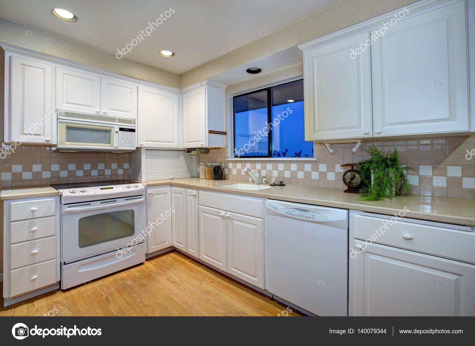 Disegno della cucina bianca con elettrodomestici bianco e piano in ...