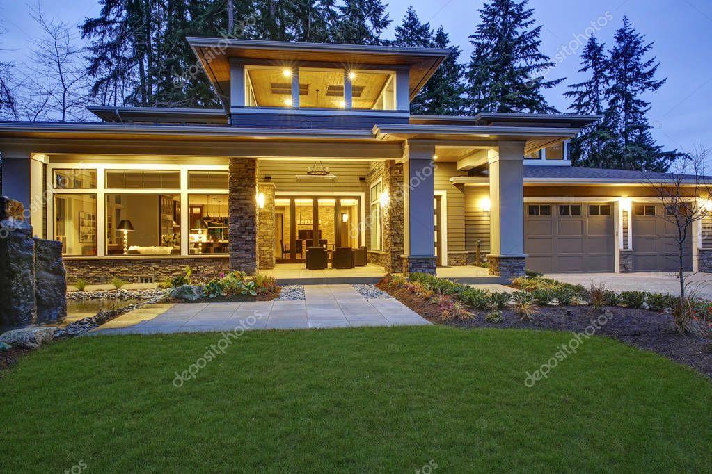 Esterno della casa nuova costruzione lussuosa foto stock for Casa lussuosa