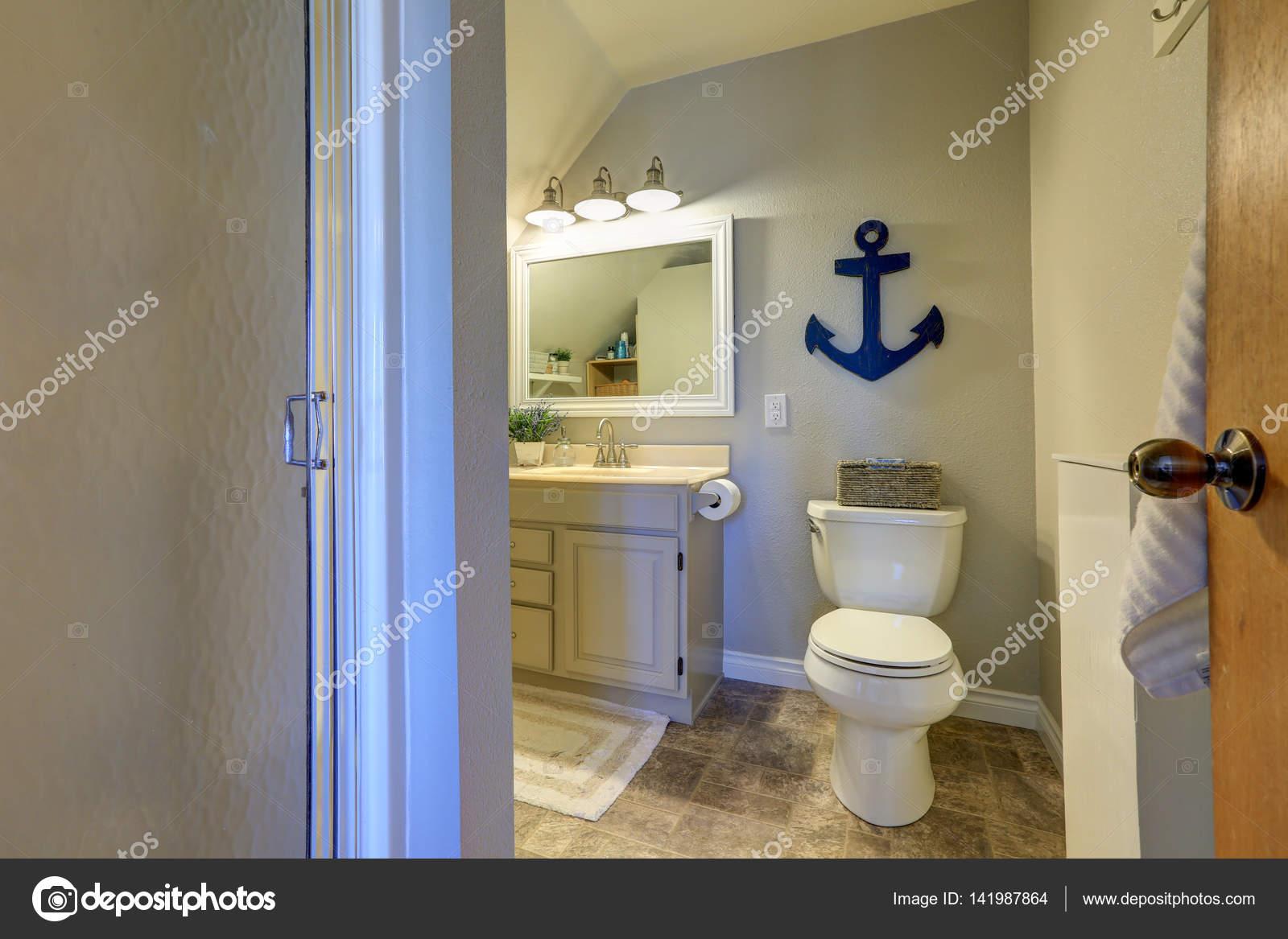 Interiore di stanza da bagno di stile marinaro in toni morbidi
