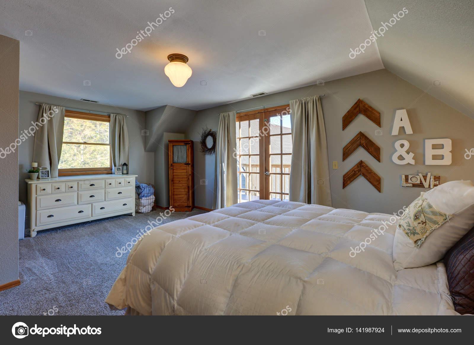 Ruhiges Schlafzimmer Mit Dachschrage Und Turen Schone Terrasse