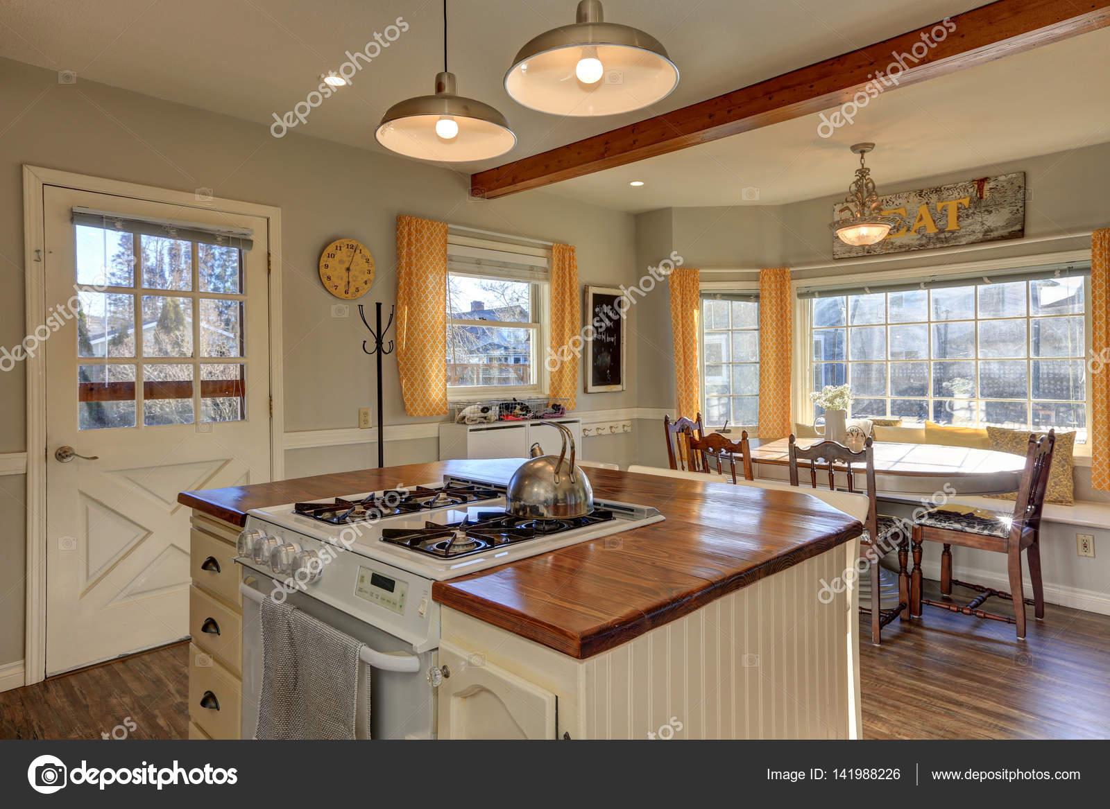Neu renovierte Küche und Frühstück Nook mit Holzbalken auf c ...