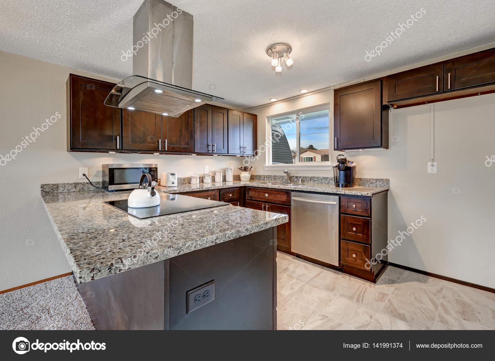 Neu renovierte Küche mit dunklem Holz Schränke und Granit Ländern ...