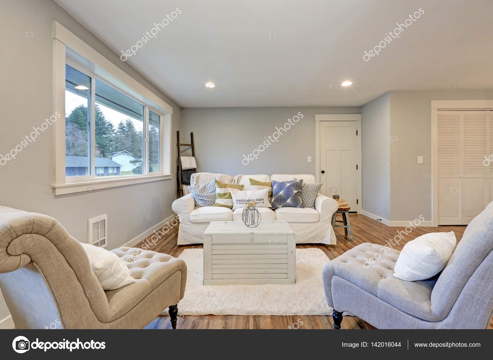Gezellige woonkamer ruimte met zachte blauw grijze muren — Stockfoto ...