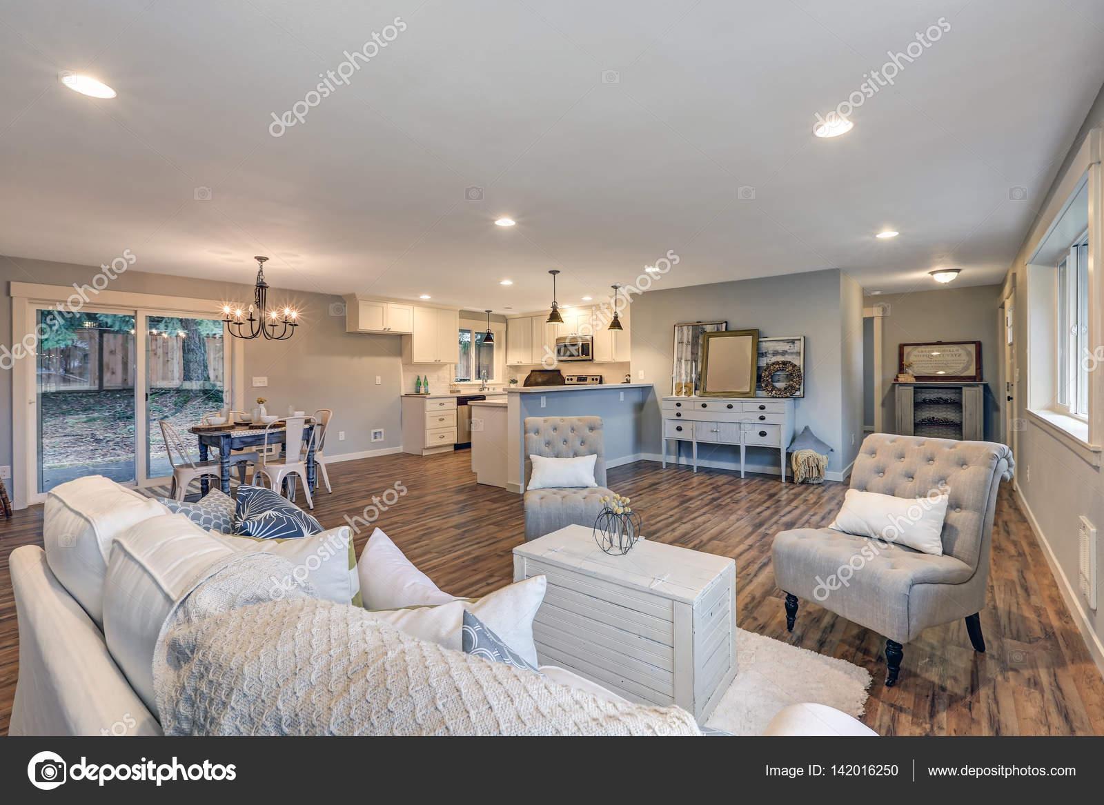 Luchtig licht gevuld woonkamer in zachte kleuren van blauw en grijs ...