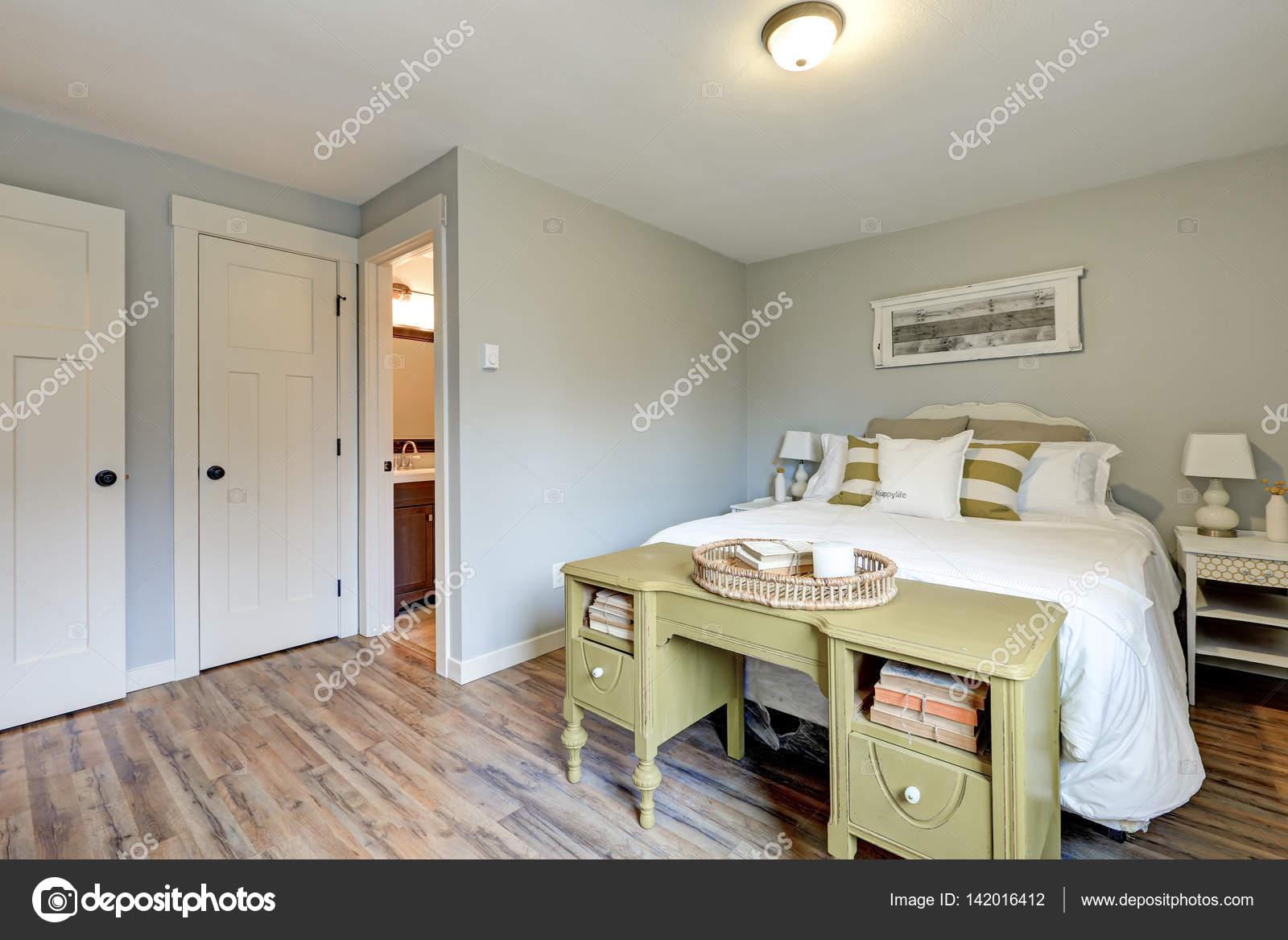 Slaapkamer Interieur Grijs : Mooie bleke grijze slaapkamer interieur u stockfoto iriana w