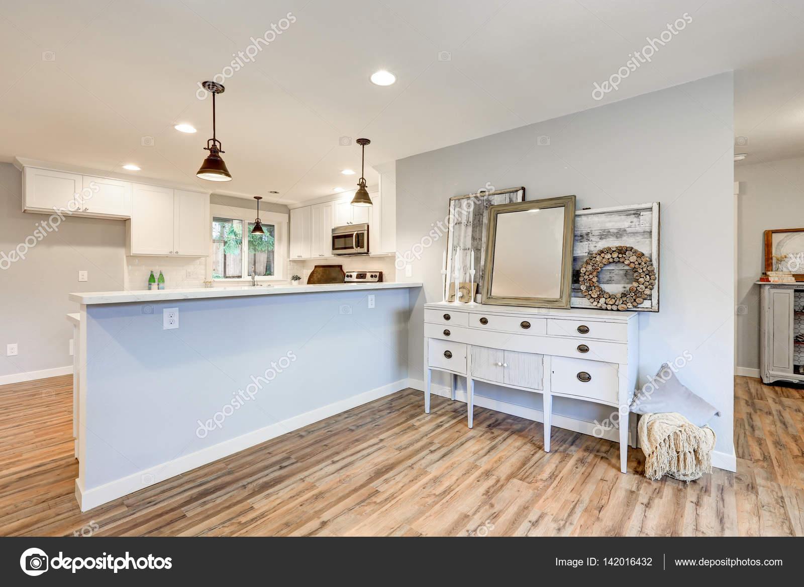 Nieuwe keuken met witte kasten metro tegel en ontbijt bar