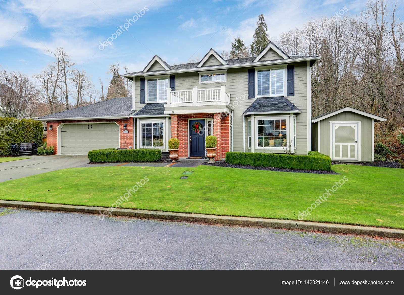 Exterior of American Colonial style home Stock Photo iriana88w