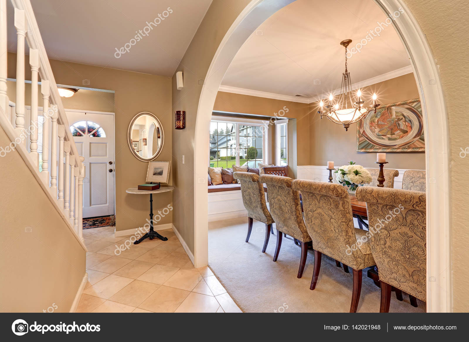 Entrata incurvata all\'elegante sala da pranzo formale — Foto Stock ...