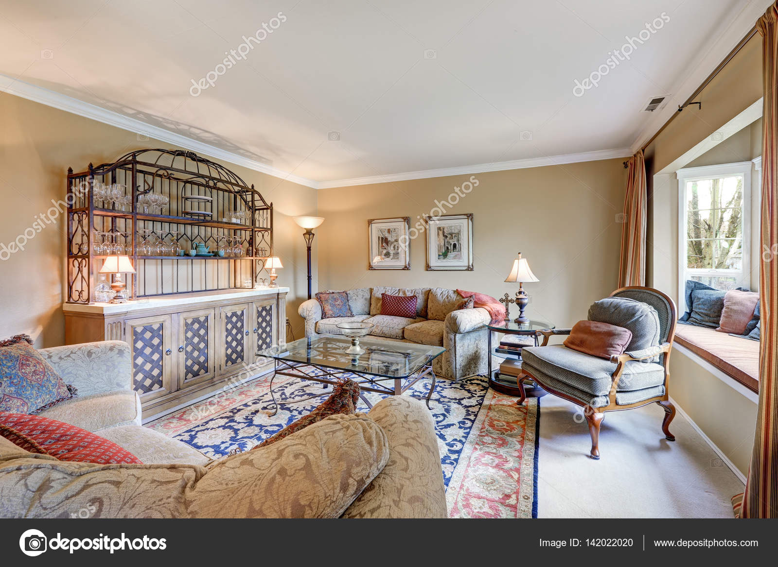 Grote woonkamer interieur beschikt over vintage natte bar ...