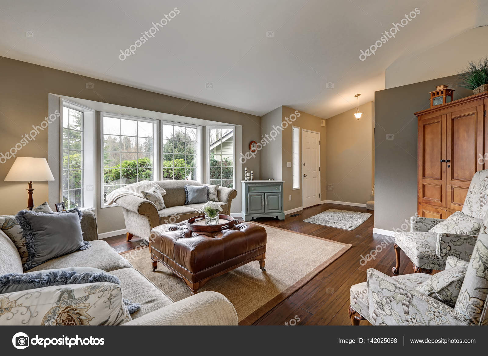 gezellige familie kamer interieur met traditionele amerikaanse design stockfoto