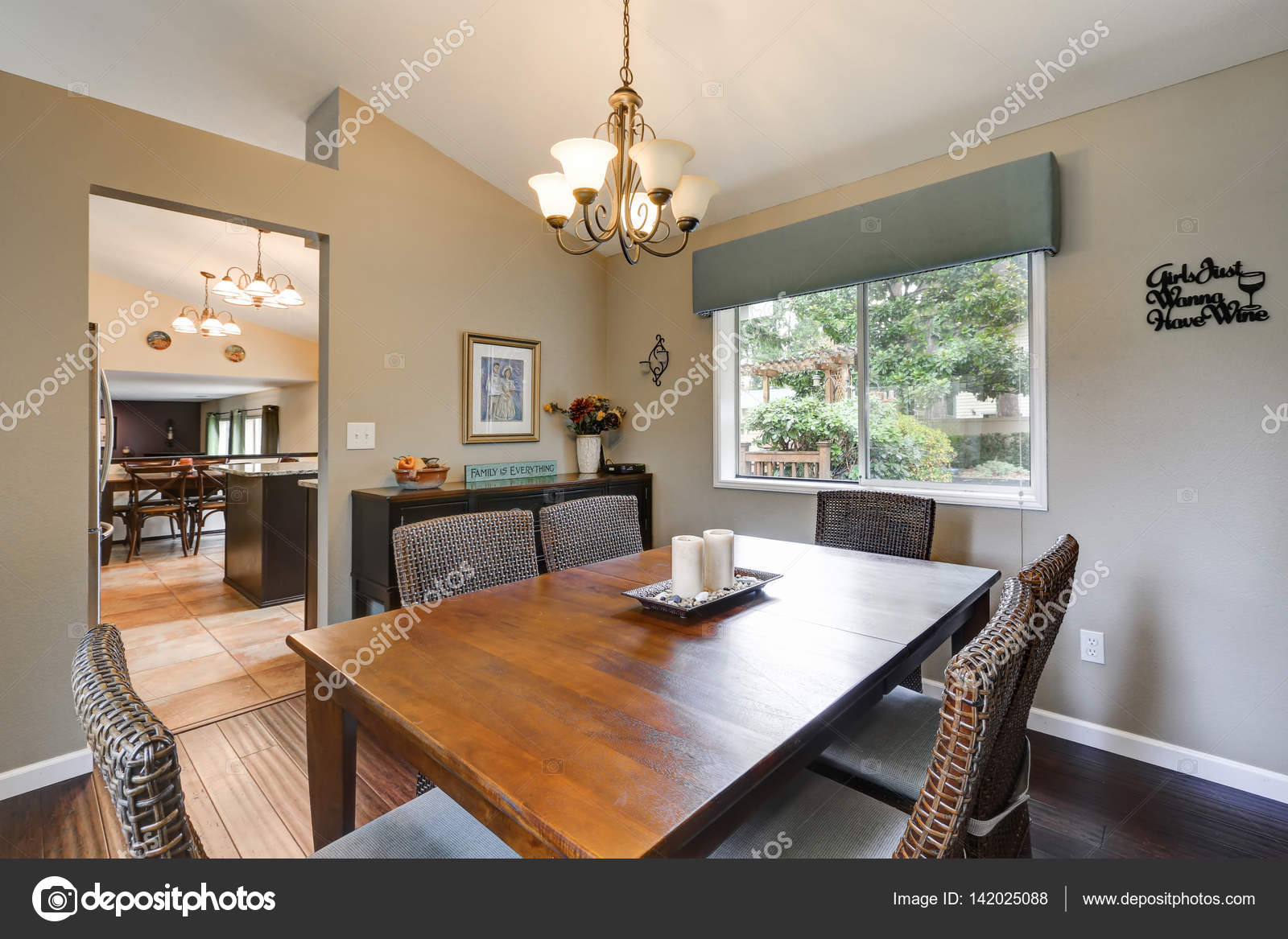 Elegante comedor decorada con sillas de mimbre — Foto de stock ...