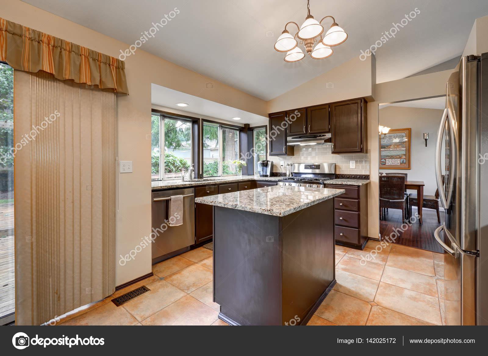 Clásico diseño de la sala de la cocina con isla de cocina — Fotos de ...