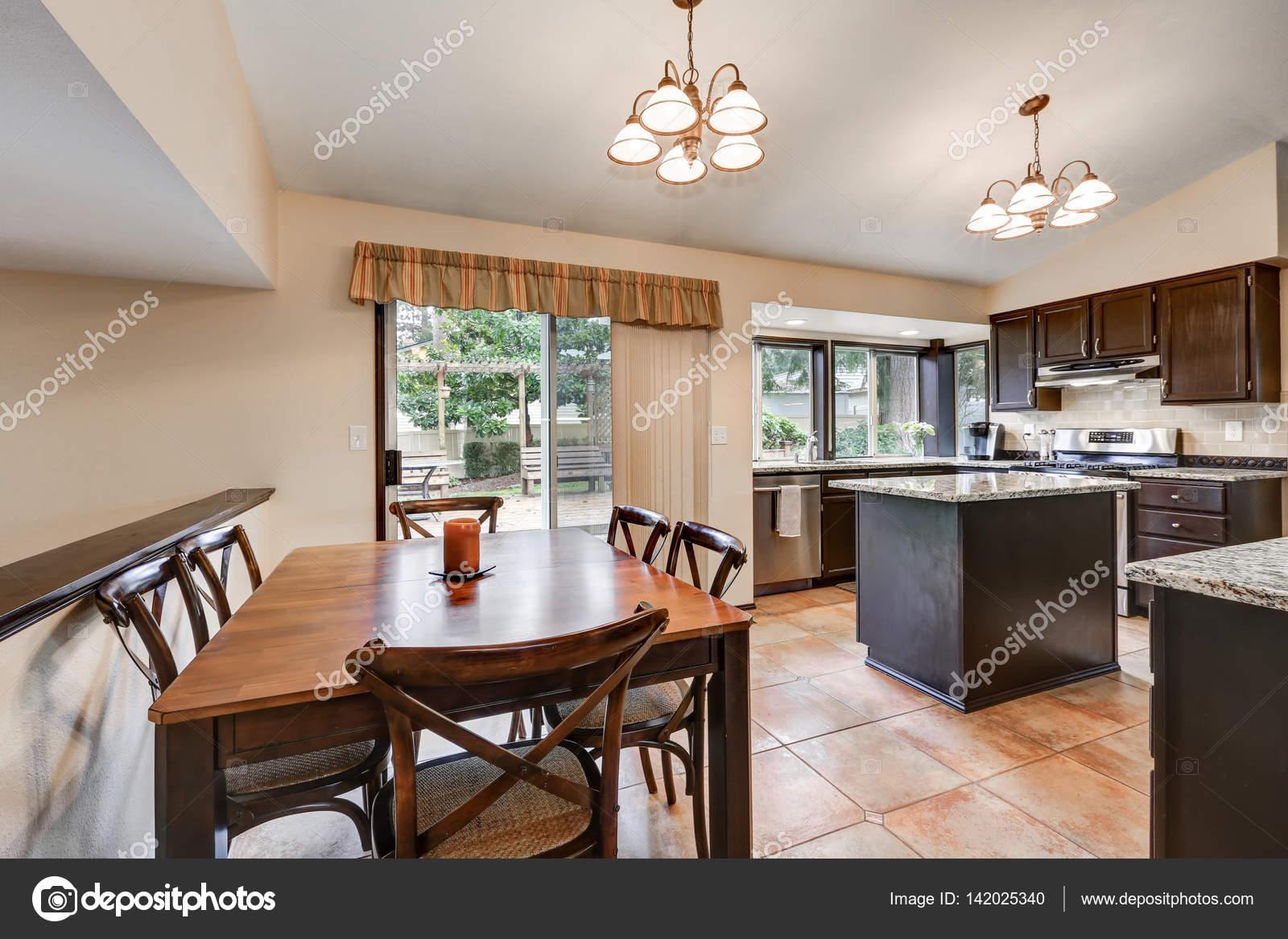 Klassieke kamer ontwerp van de keuken met keukeneiland u stockfoto