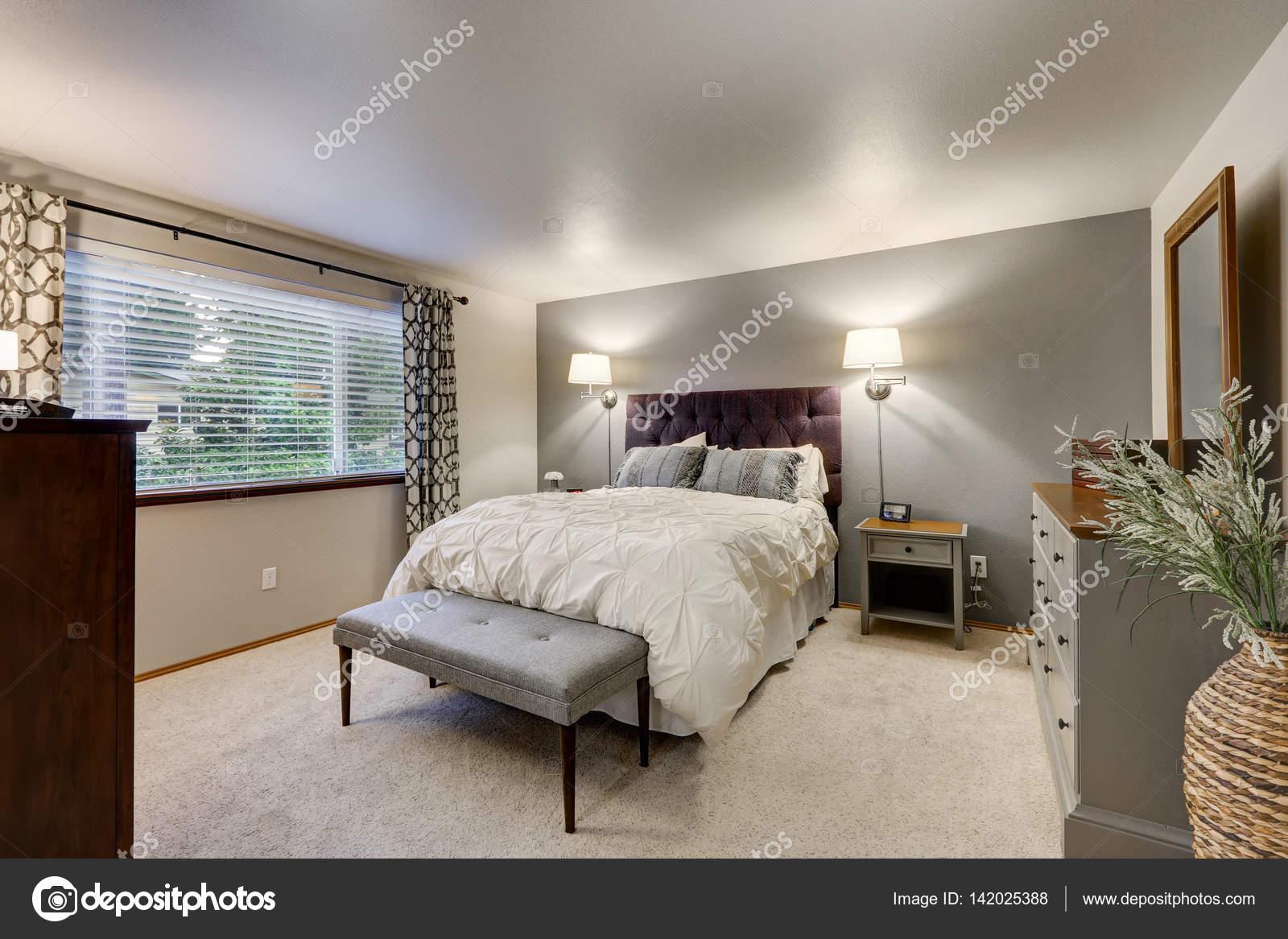 Mooie slaapkamer met grijs accent muur — Stockfoto © iriana88w ...