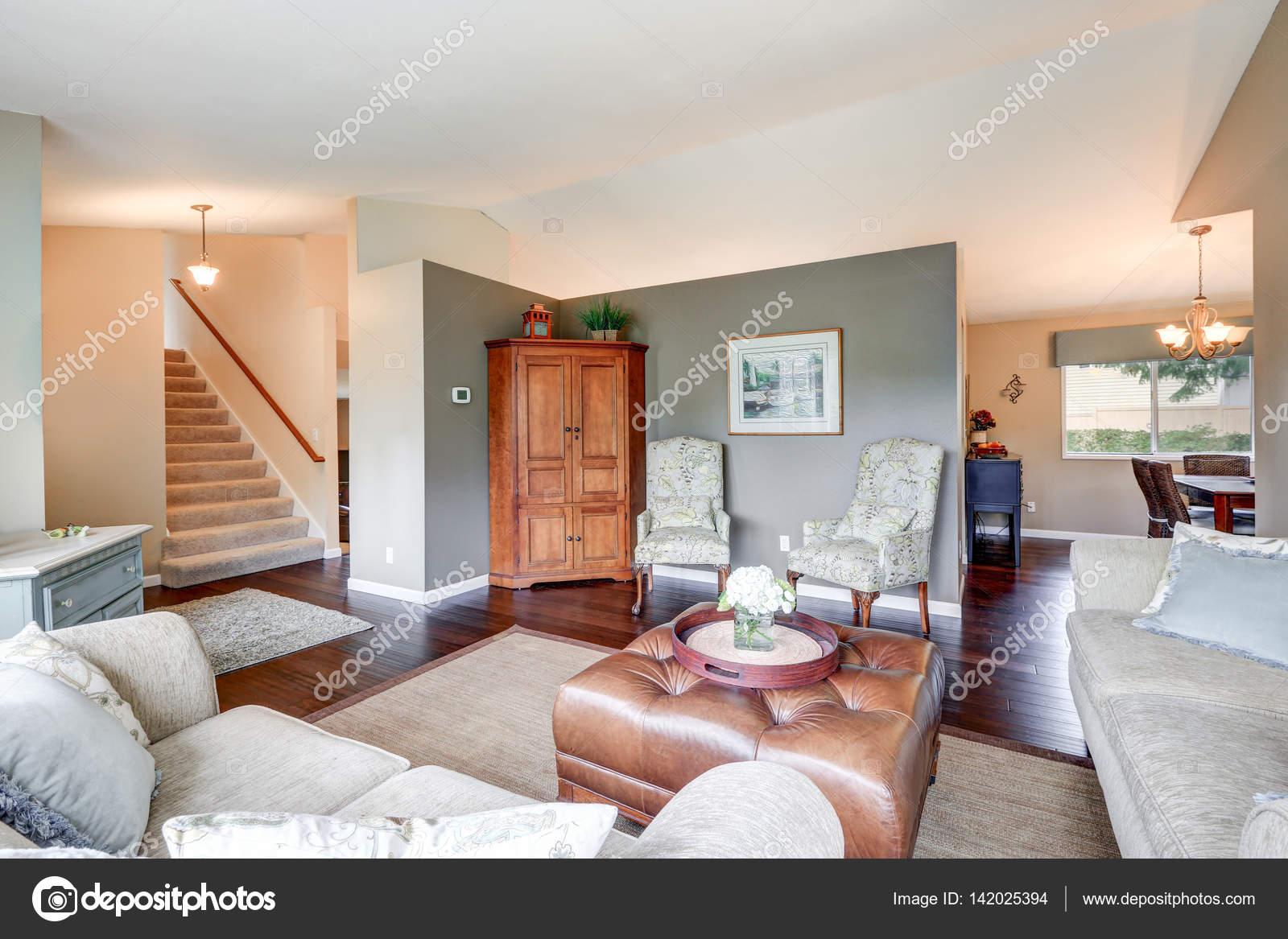 Gezellige familie kamer interieur met traditionele Amerikaanse ...