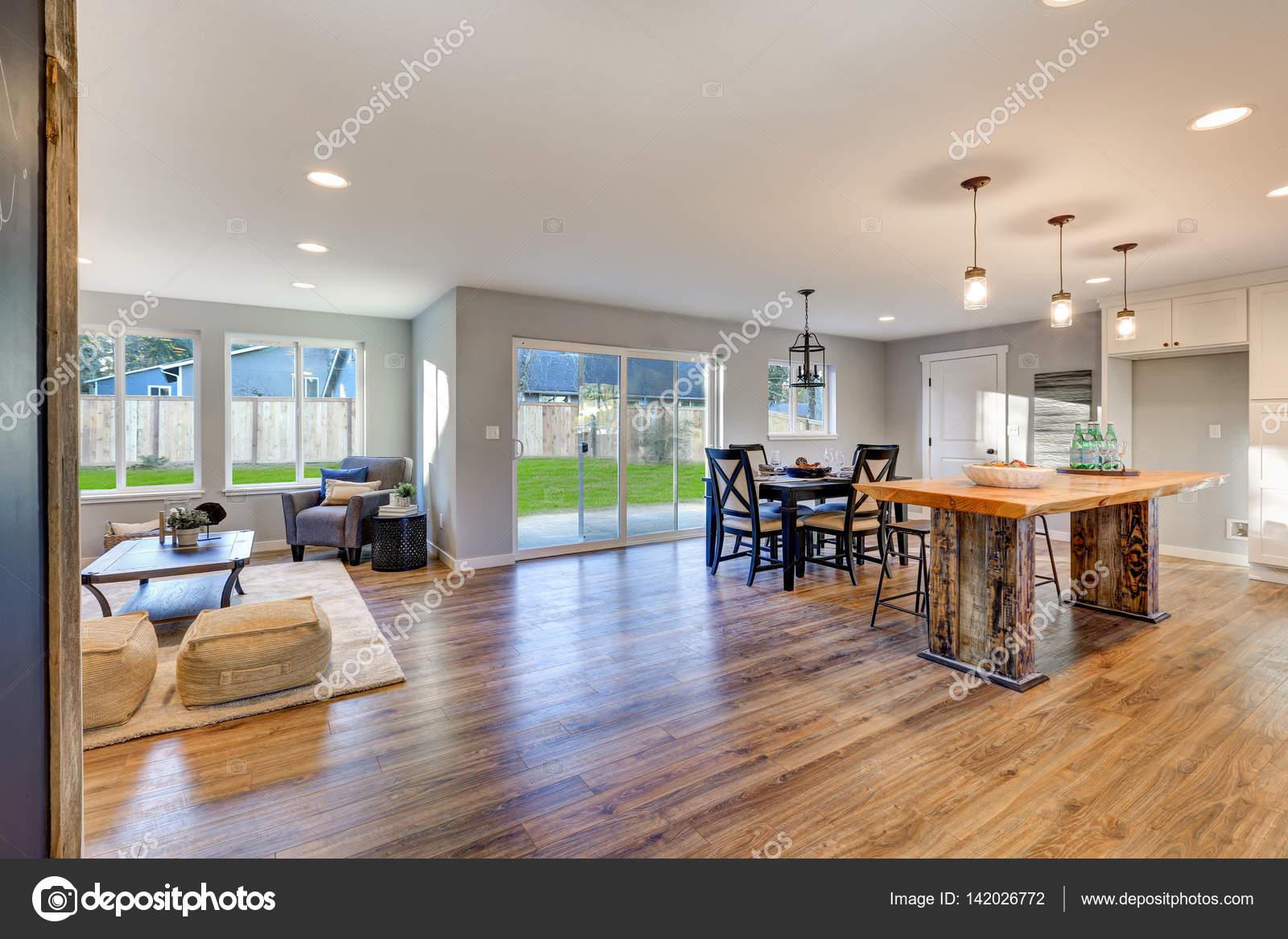 Interior de planta abierta con pisos de madera pulido - Puertas de comedor ...