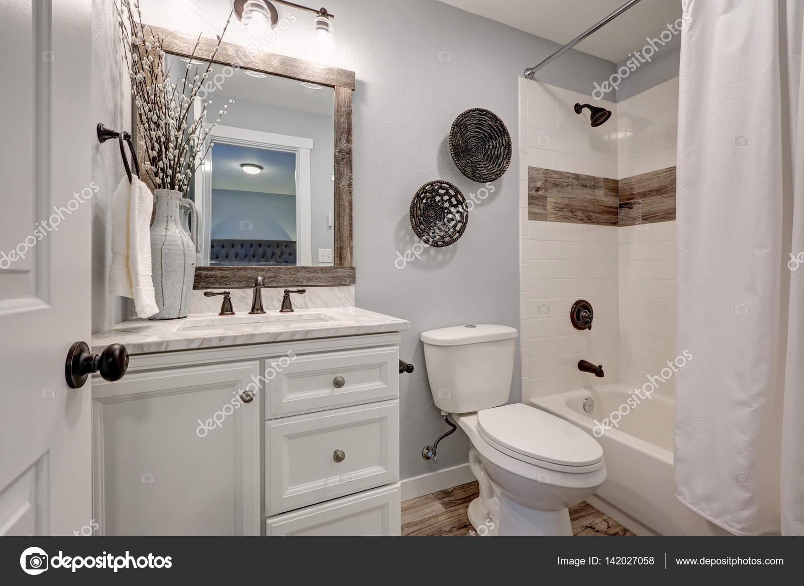 Mooie witte badkamer design met teruggewonnen hout raakt