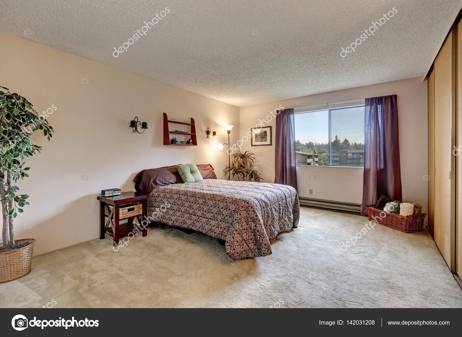 Traditionele kamer met warme beige muren verf kleur u2014 stockfoto