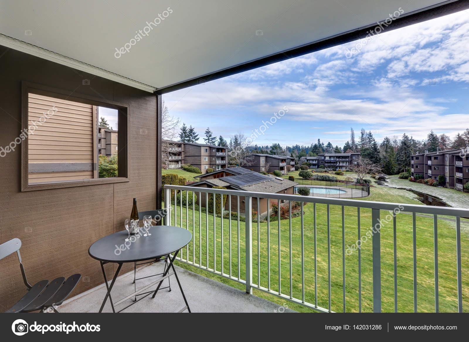 Zwembad Op Balkon : Uitzicht vanaf appartement balkon van met gras begroeide heuvel en