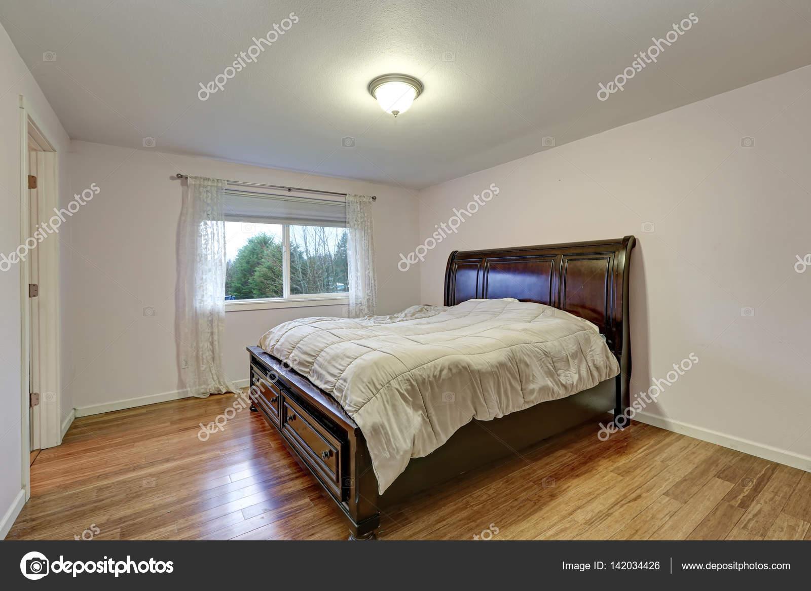 Weißes Schlafzimmer mit dunkel gebeiztem Holz Bett mit unteren ...