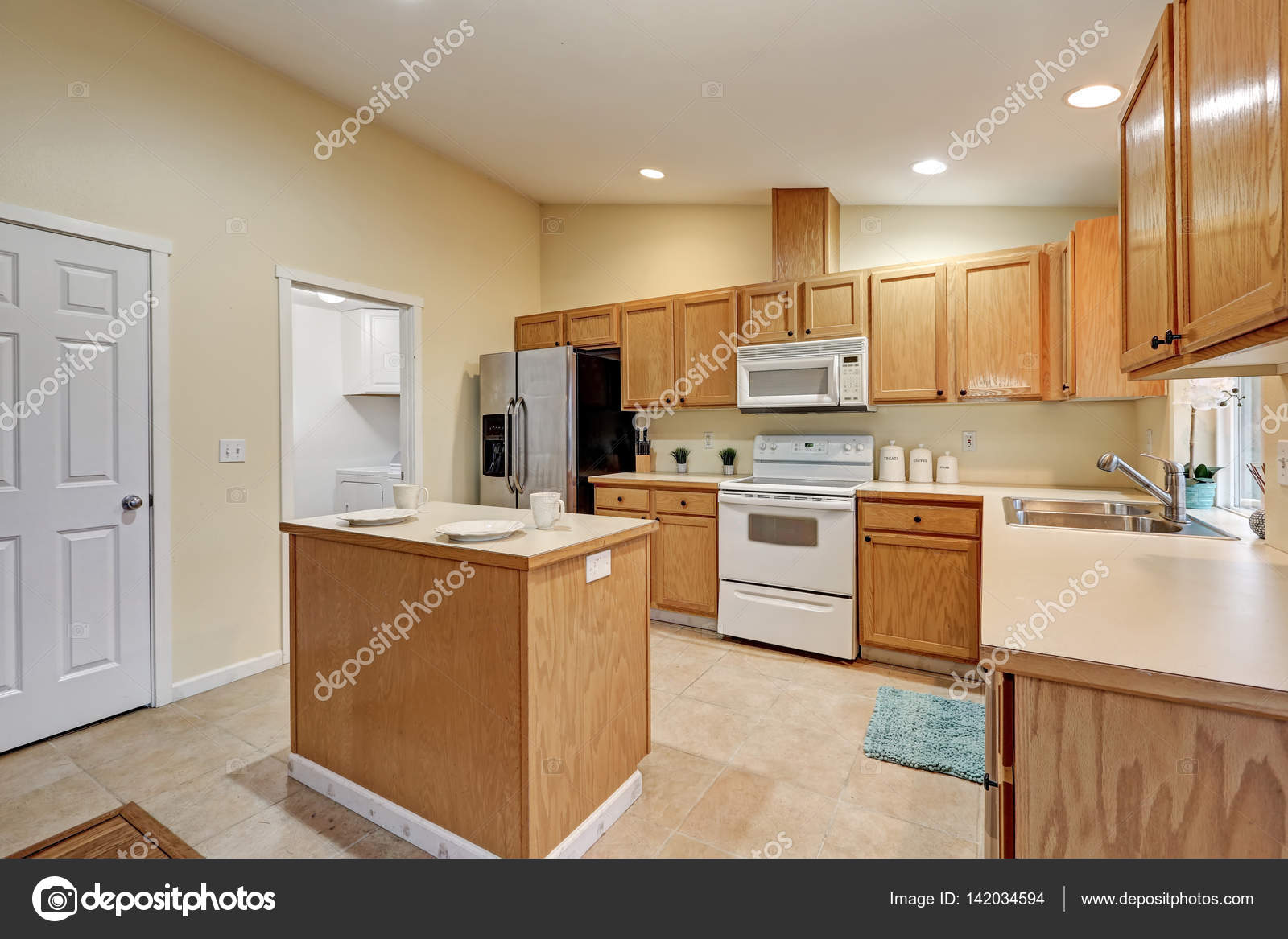 Licht open concept keuken kamer met gewelfde plafond u stockfoto