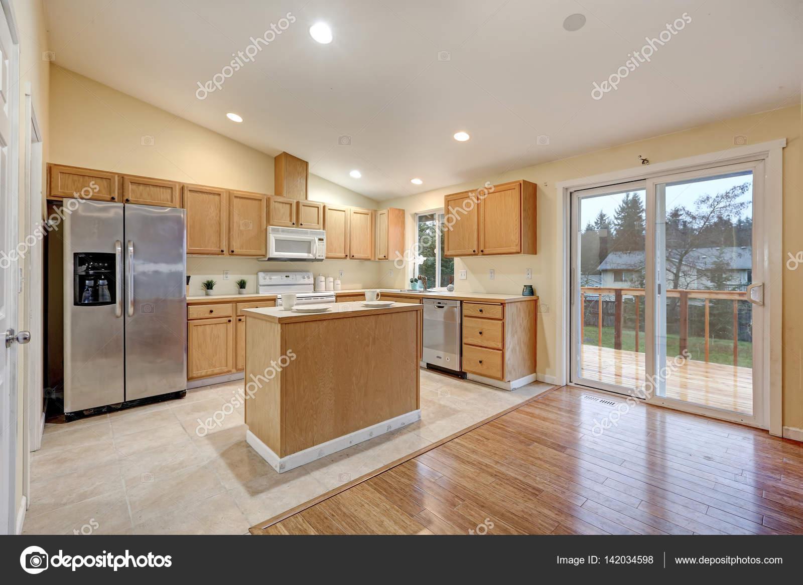 Sitio de la cocina de concepto abierto luz con techo abovedado ...