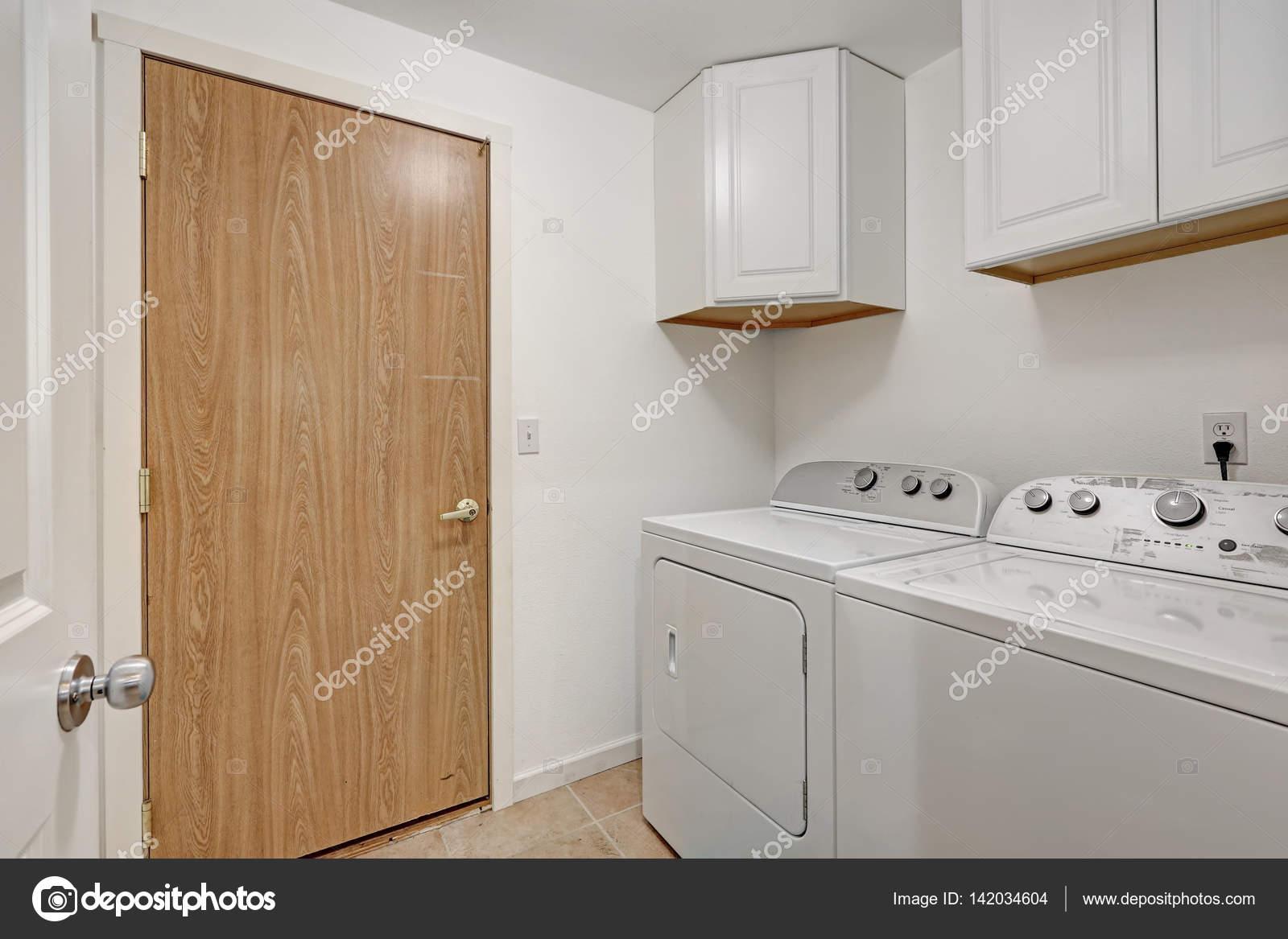 Weißer kompakter waschraum mit waschmaschine und trockner