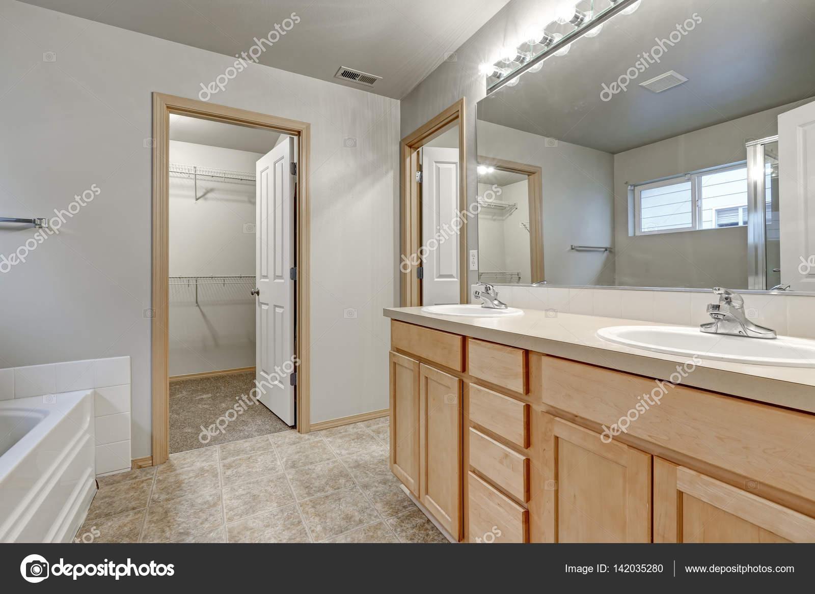 Graue Badezimmer Interieur Mit Doppelten Waschbecken Holz Eitelkeit  Kabinett Und Begehbaren Schrank. Nordwesten, Usa U2014 Foto Von Iriana88w