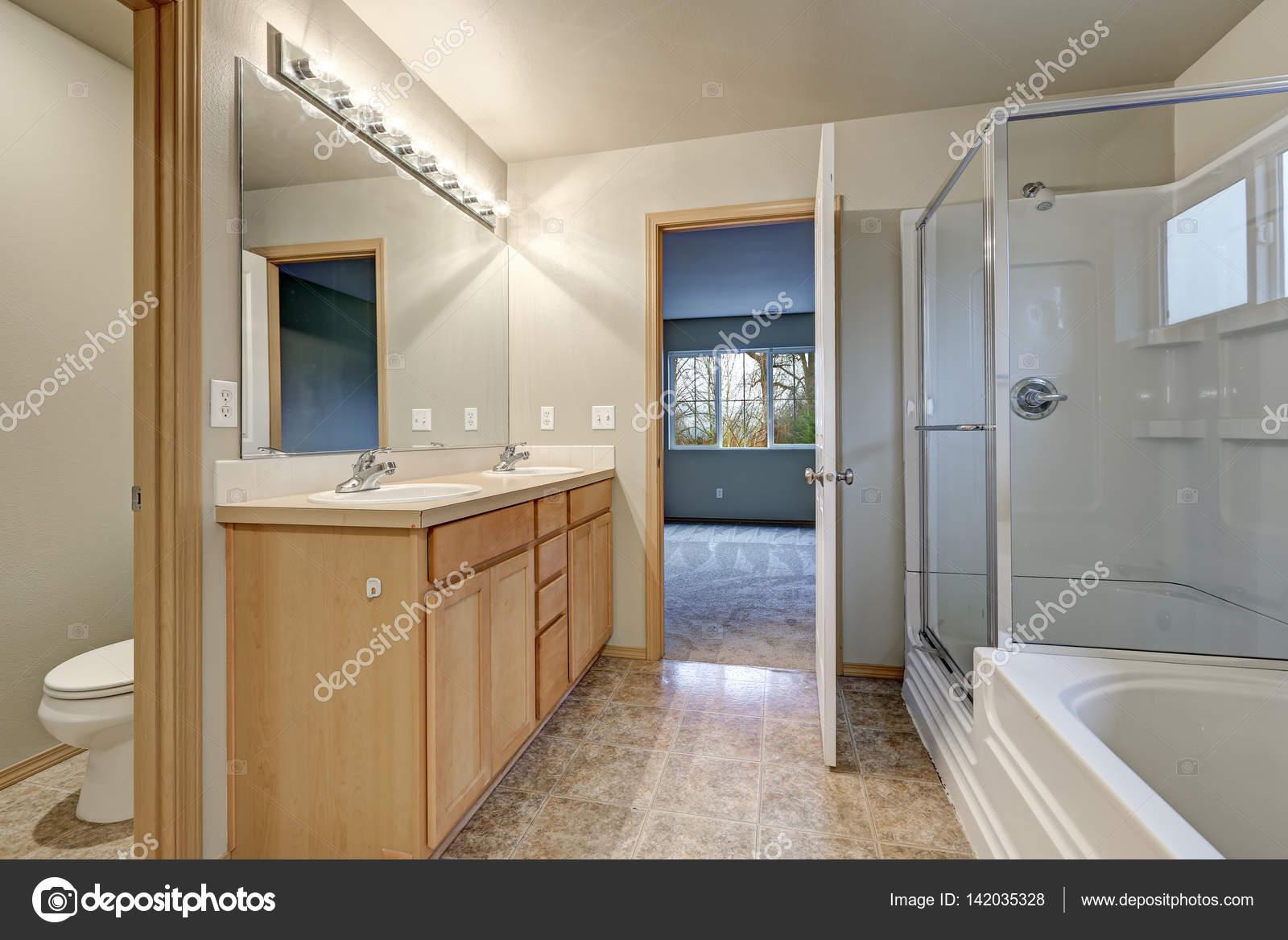 Interieur van de grijze badkamer met dubbele wastafel hout ijdelheid