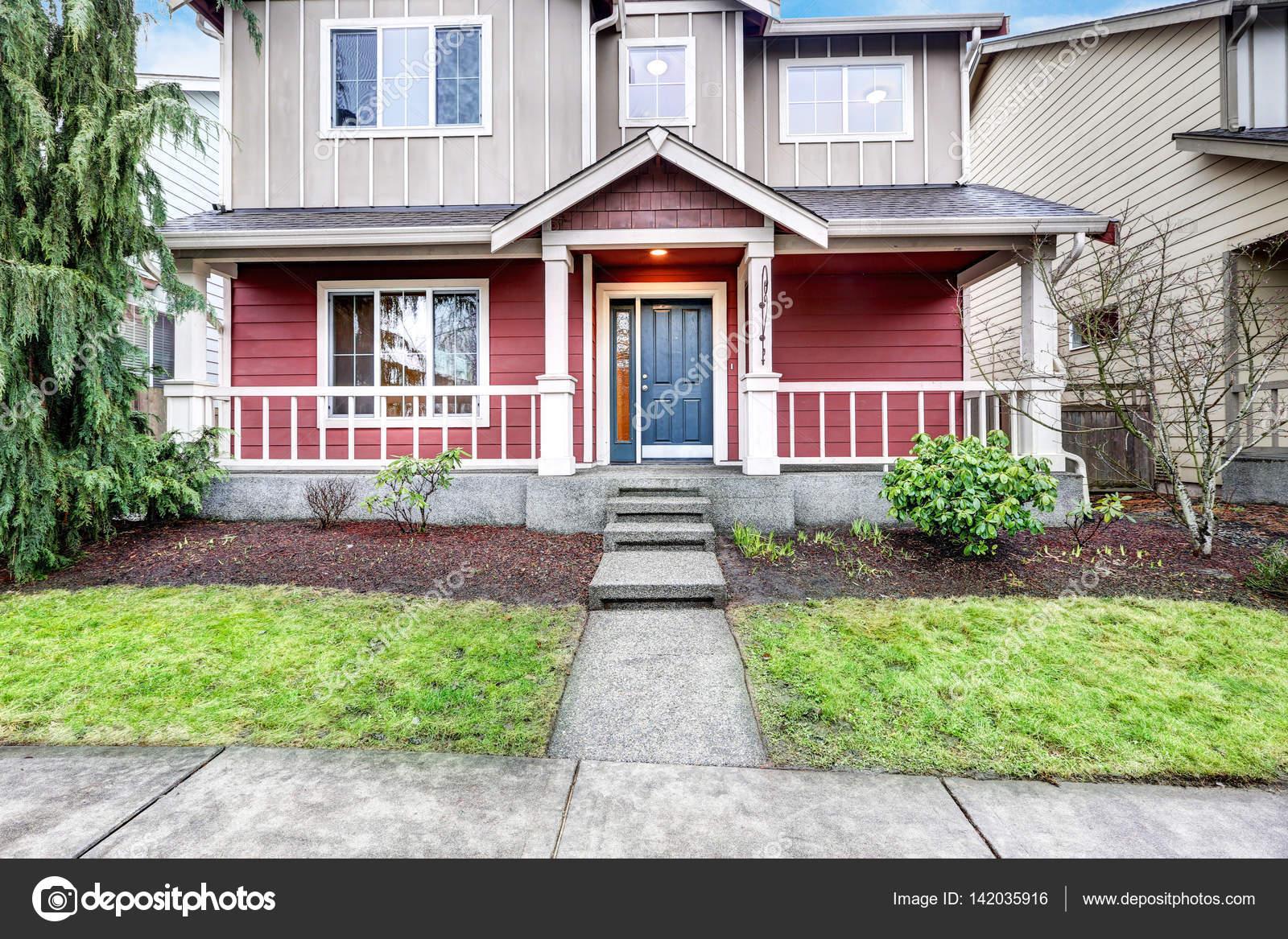 Contemporanea rosso e grigio casa esterno con veranda for Piani di casa cottage con veranda protetta