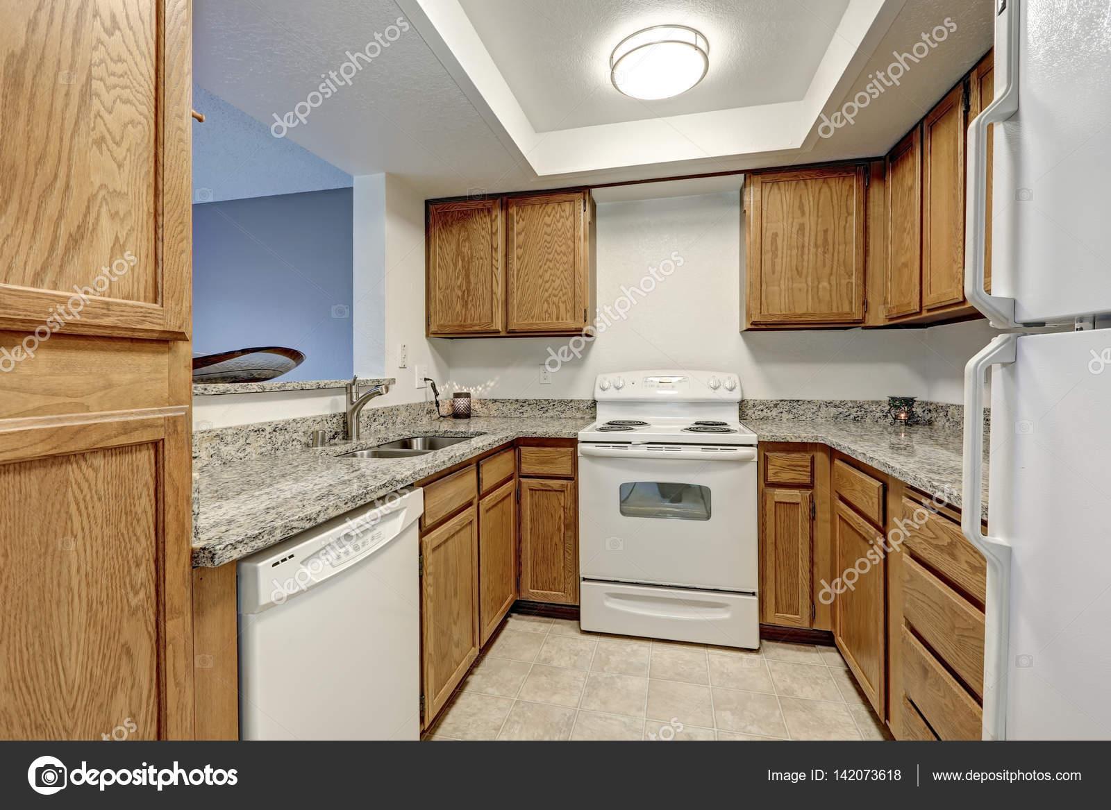 U Vormige Keuken : Klein u vormige keuken gevuld met houten kasten u stockfoto