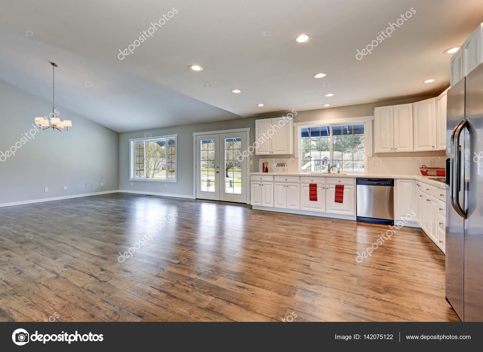 Interior de cocina de rambler amplio con techo abovedado — Foto de ...
