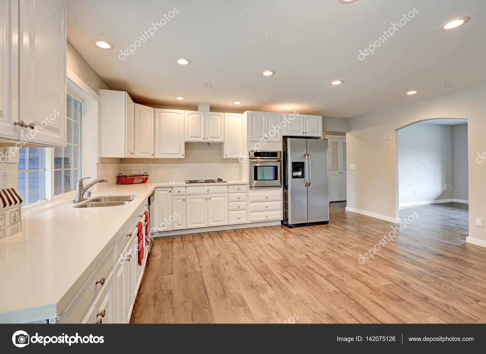 neue Küche-Interieur mit weißen Schränke — Stockfoto © iriana88w ...