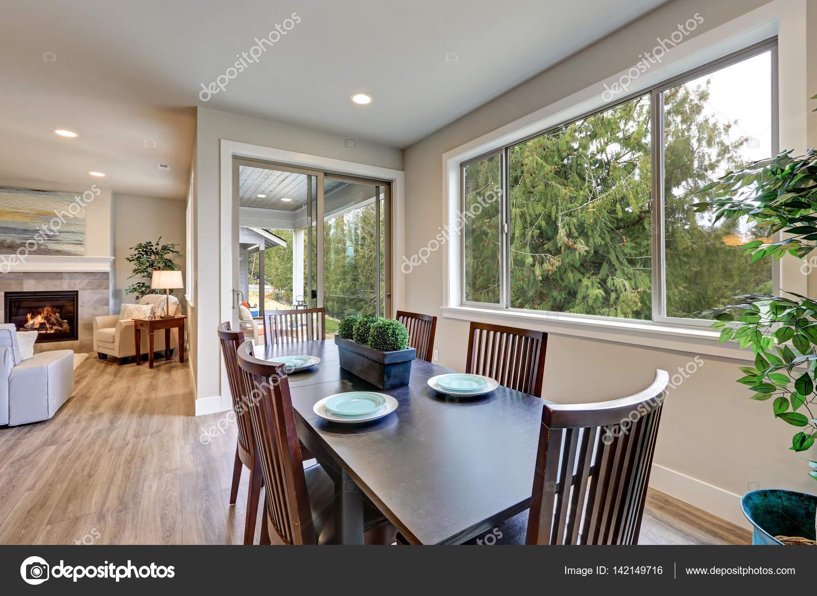 Neutrale eetkamer interieur voorzien van zwarte eettafel u2014 stockfoto