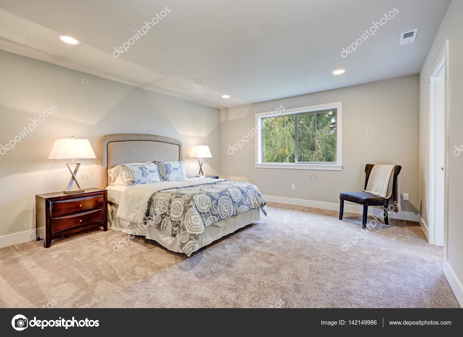 Elegante luce riempito camera padronale con letto queen size