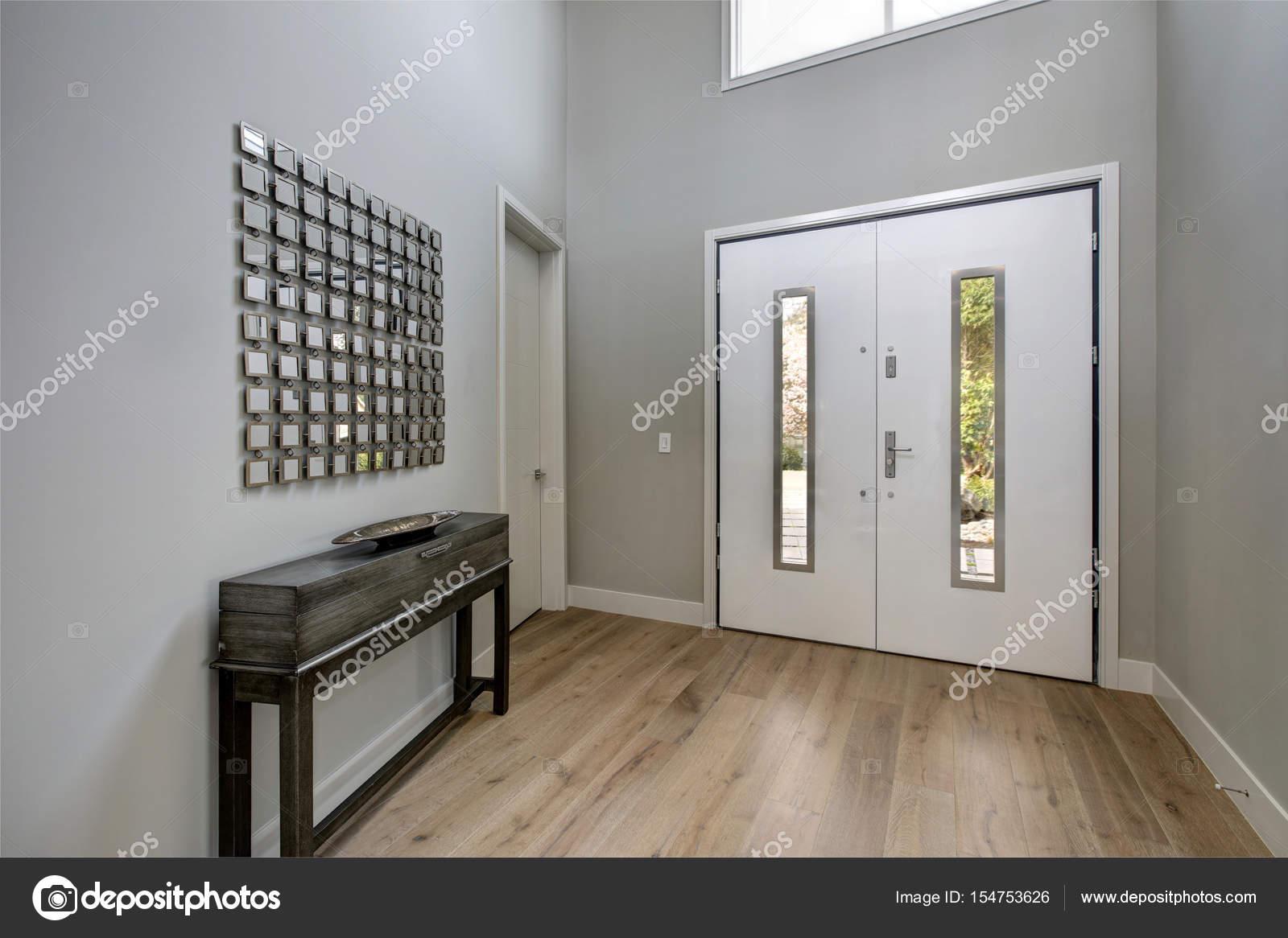 Blanche porte d\'entrée s\'ouvre sur un hall d\'accueil contemporain ...