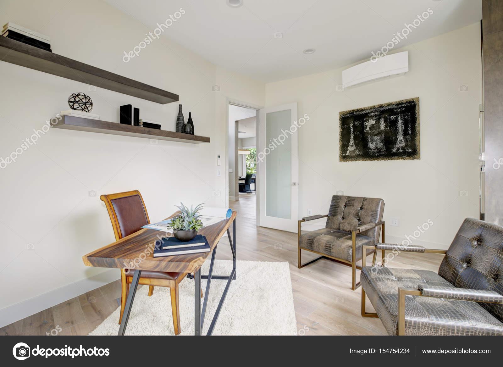 Intérieur de bureau à la maison blanche meublé avec des fauteuils