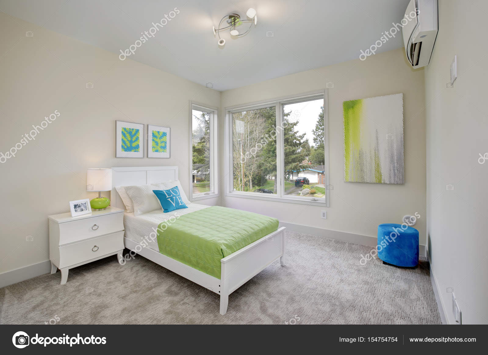 Eigentijds blauwe en groene kid s slaapkamer u stockfoto