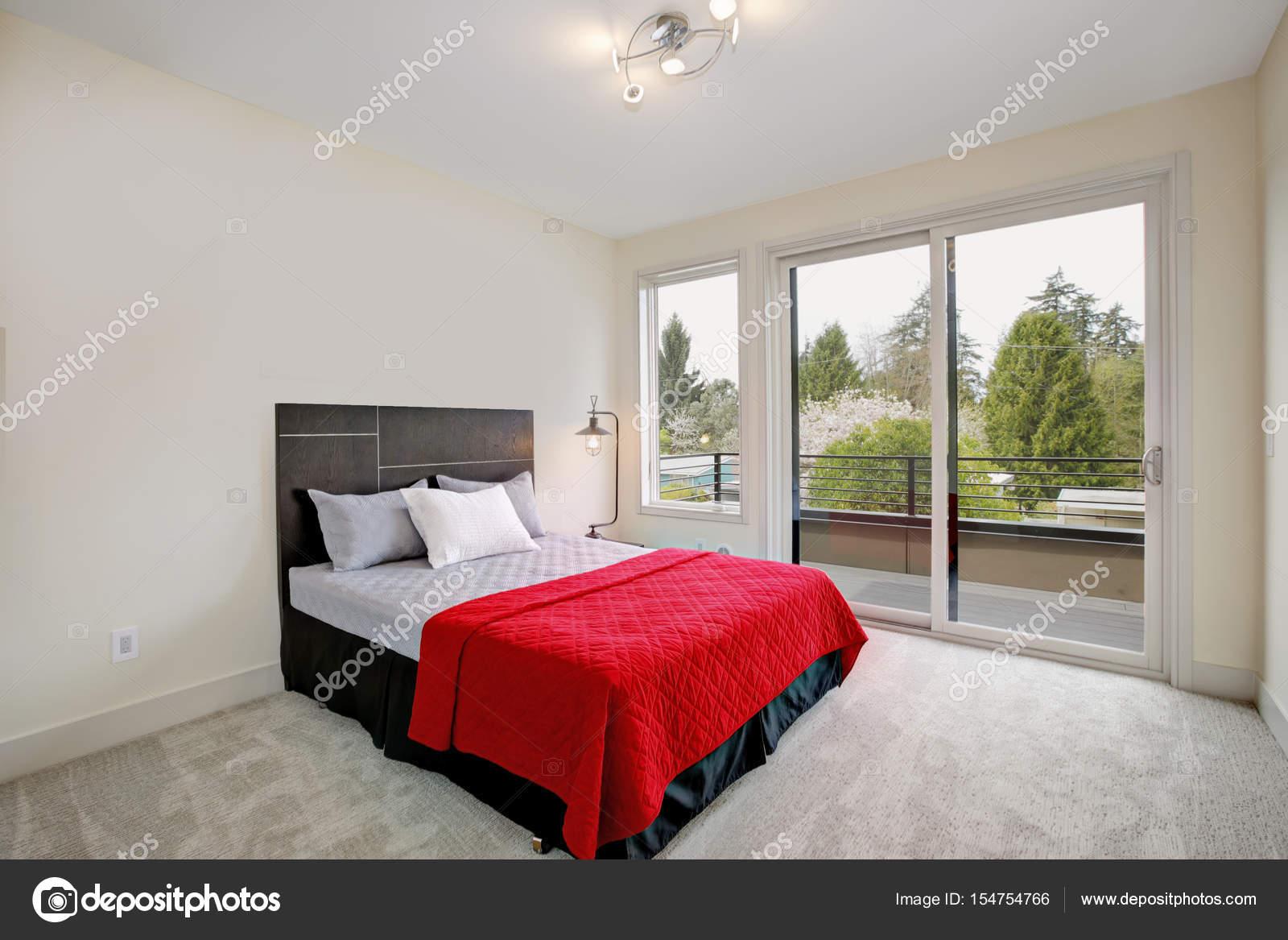 Boven slaapkamer interieur met minimalistisch design u stockfoto
