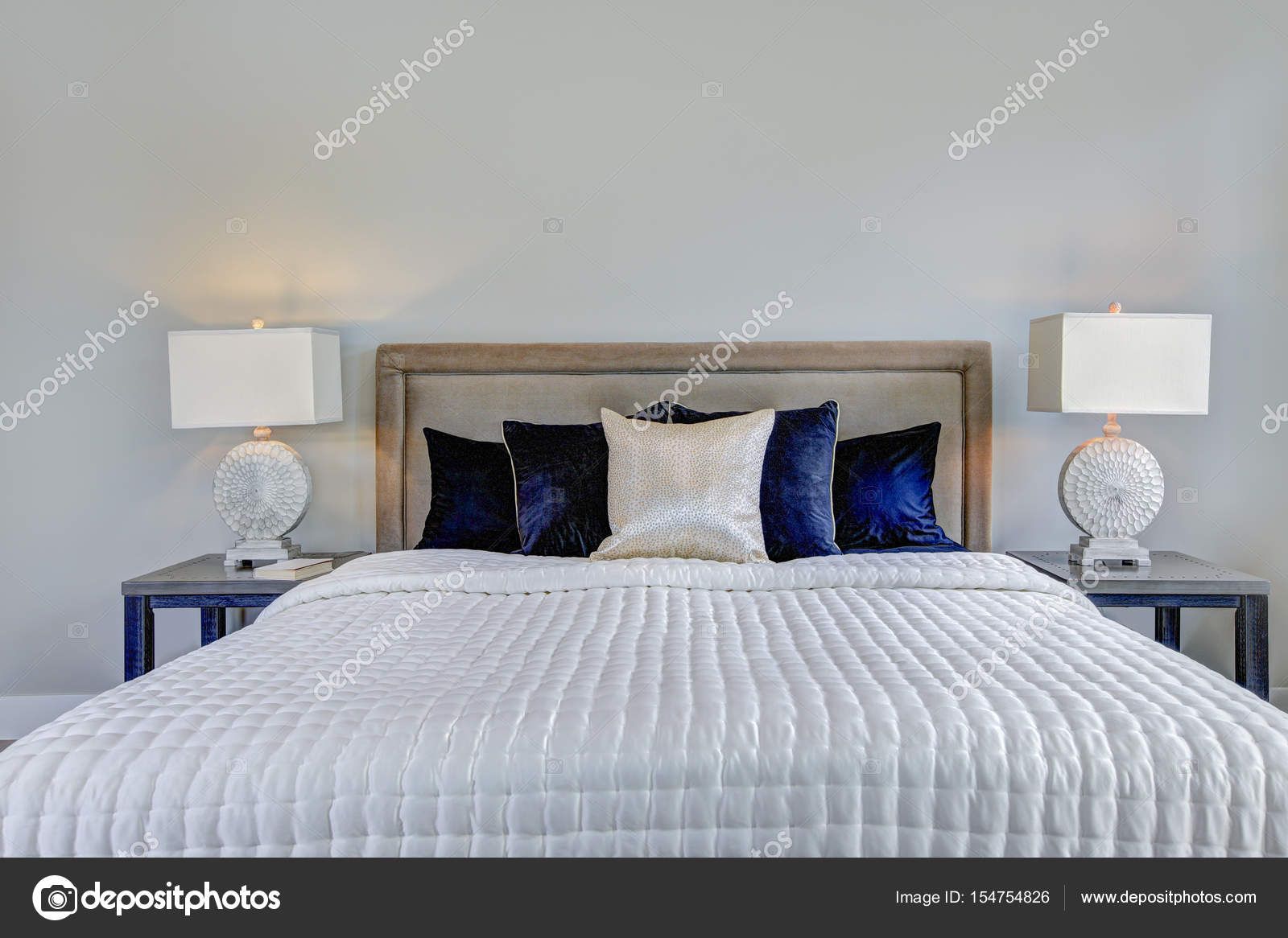 Master Schlafzimmer Innenraum mit eigenem Balkon — Stockfoto ...