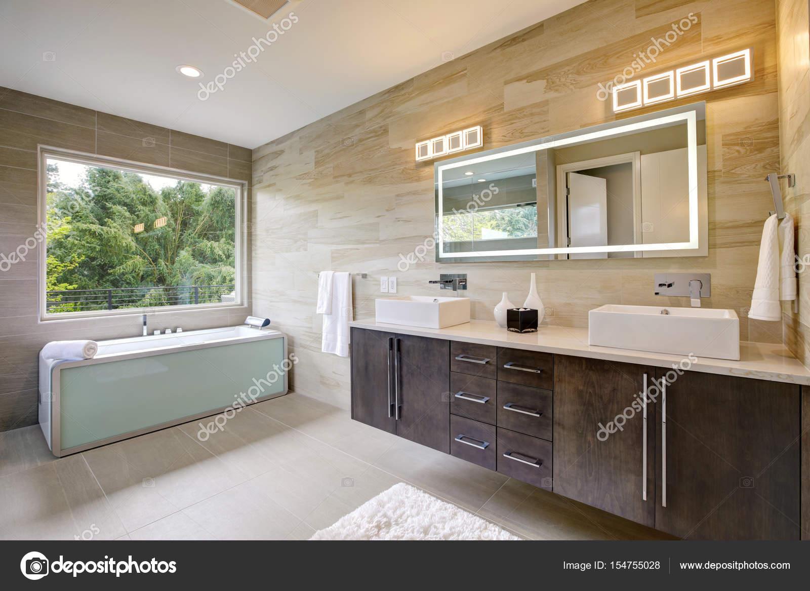intérieur de la salle de bain contemporaine — Photographie iriana88w ...