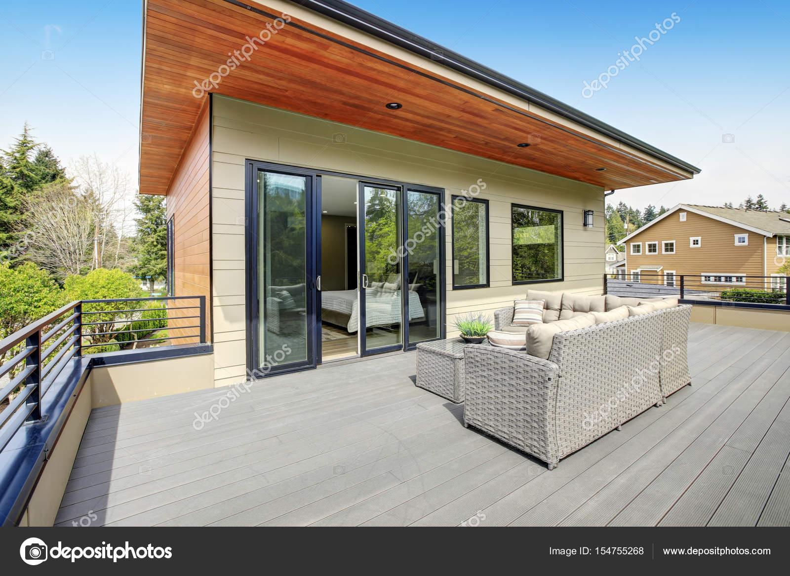 Modern huis met hedendaagse dek u stockfoto iriana w