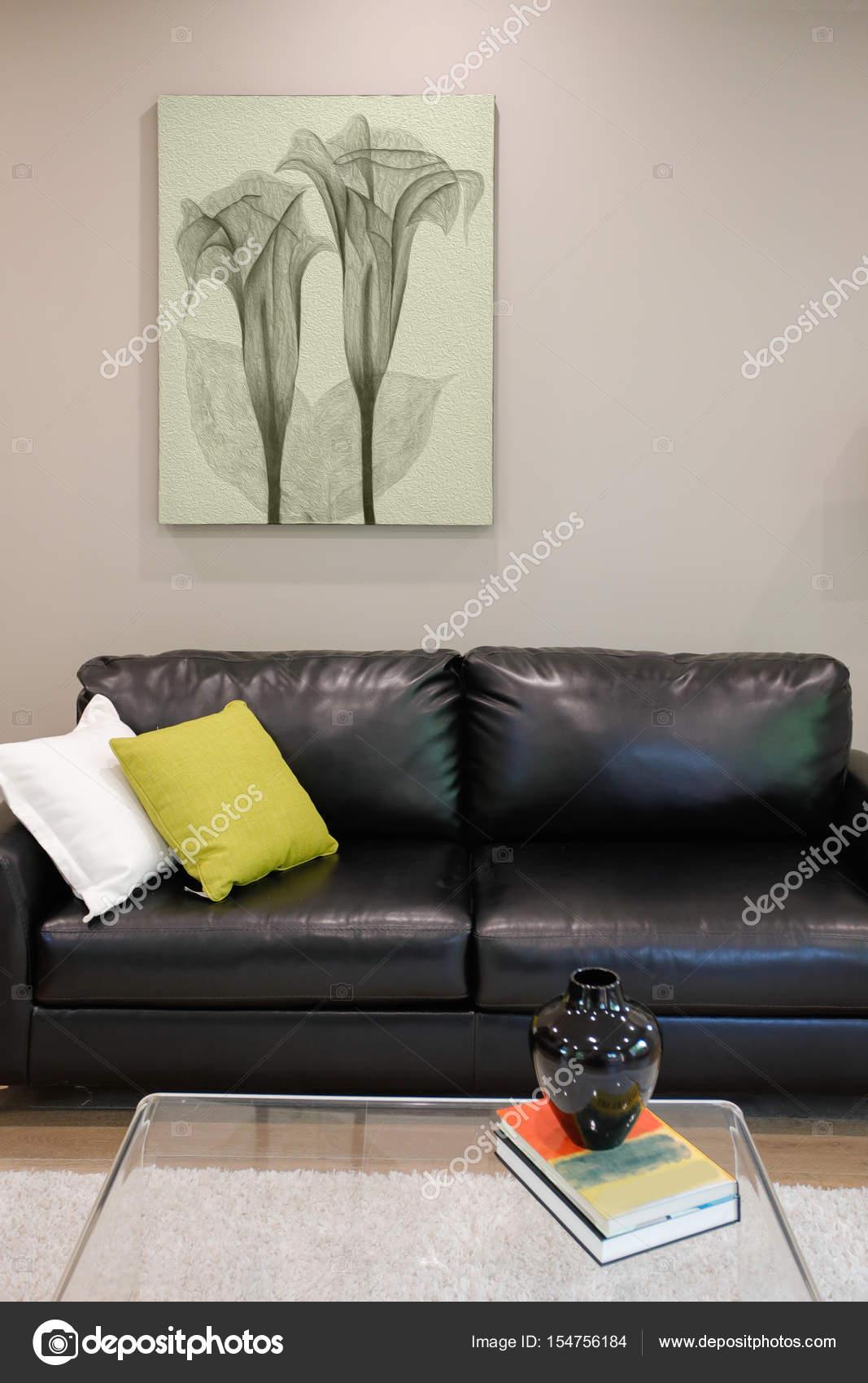 Familienzimmer-Design mit schwarzem Ledersofa — Stockfoto ...