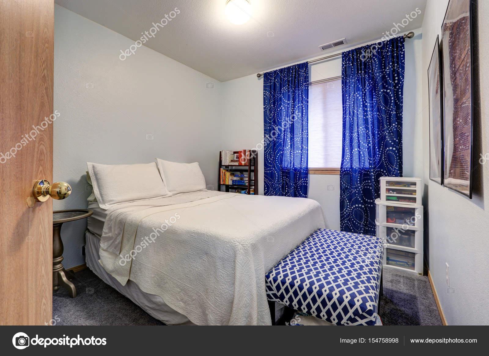 Rideaux De Fenêtre Chambre Blanc Bleu Caractéristiques étage Longueuru2013  Images De Stock Libres De Droits