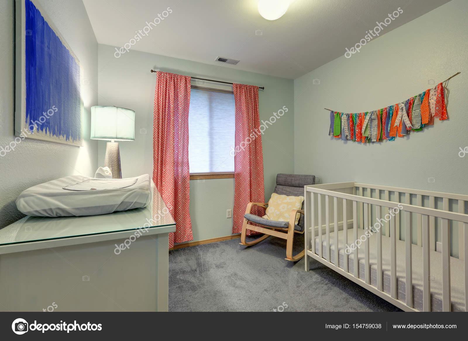 Kinderzimmer Zimmer verfügt über warme grüne Wände ...