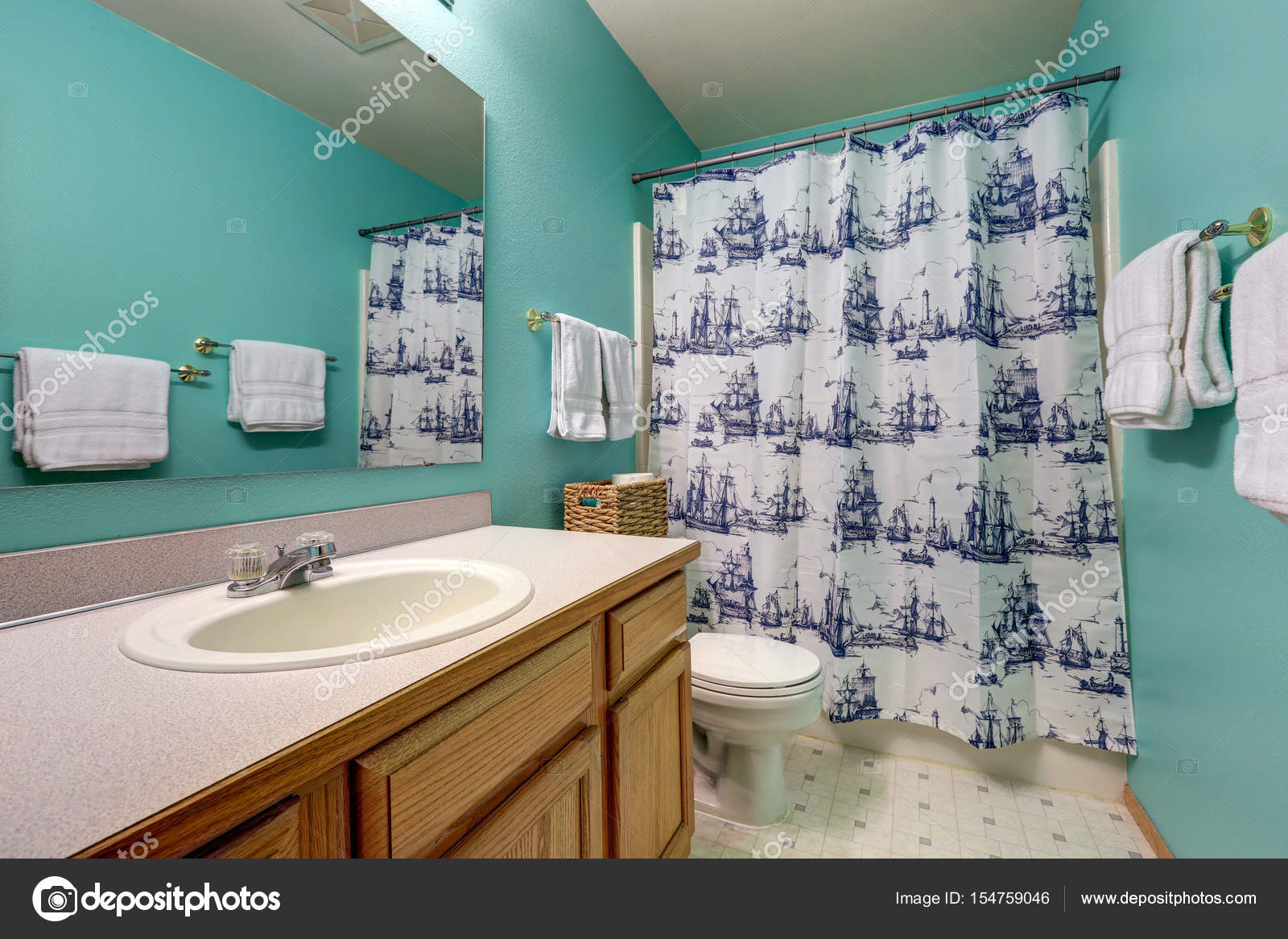 Turquoise bathroom interior features bathroom vanity — Stock Photo