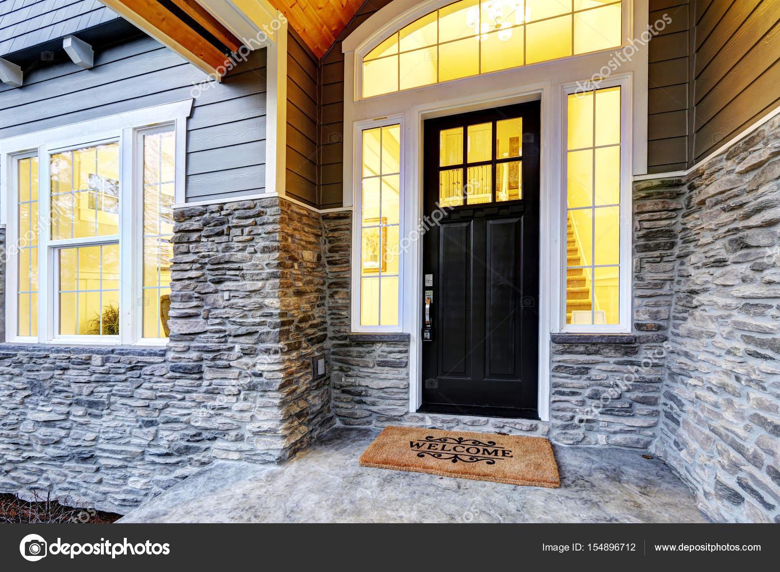 Design di veranda coperta con colonne in pietra foto for Piani di coperta autoportanti